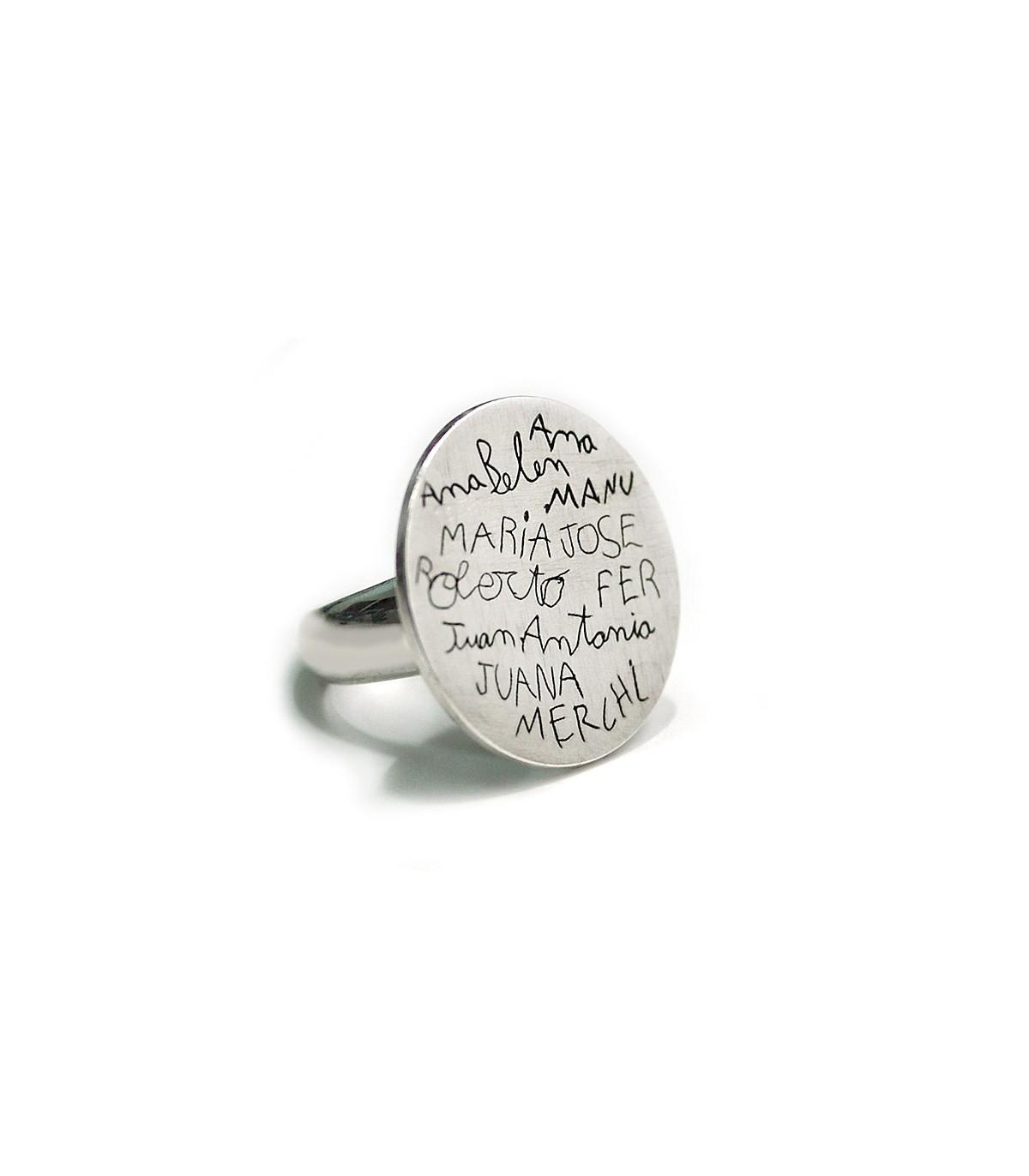 f219429fbfa7 Anillo de plata personalizado con nombres y dibujos grabados. Joyas para  mujer   Platelia